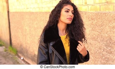 cheveux, noir, elle, jeune, bouclé, dehors, arabe, marche, ...