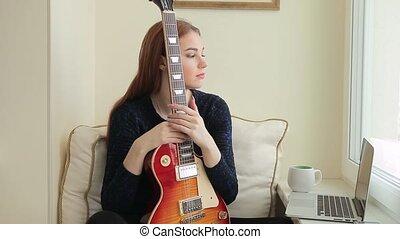 cheveux, séance, jeune, guitare, maison, girl, dreaming., rouges