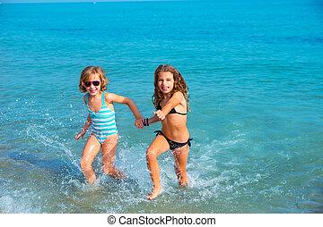 chicas niños, amigos, corriente, juntos, en, el, playa, orilla