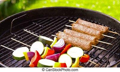chiche-kebab, gril barbécue, viande, légumes