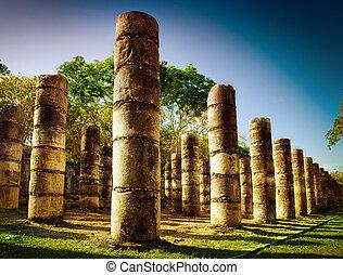 chichen itza, colonne, in, il, tempio, di, uno, mille, guerrieri