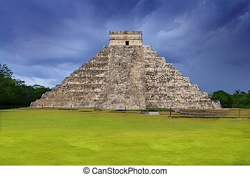 Chichen Itza el Castillo Kukulcan Mayan templey Mexico