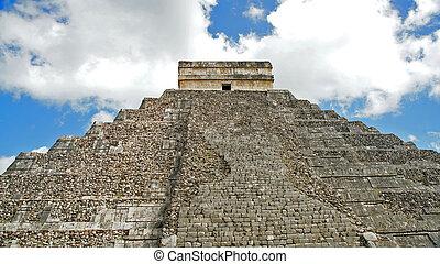 Chichen ITza mayan pyramid in the Yucatan