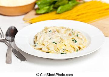 Chicken creamy alfredo sauce with white meat chicken, spinach & fettuccine pasta