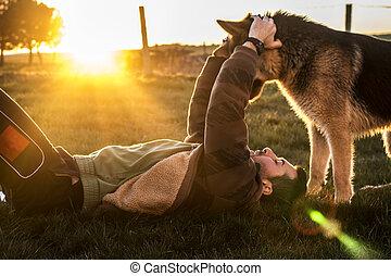 chico con perro en el suelo
