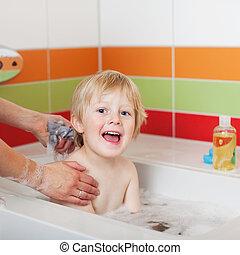chico que sienta, en, tina, mientras, madre, el bañarse, él
