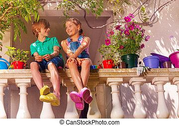 chico que sienta, terraza, niña, feliz, balaustrada