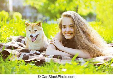 chien, amusement, girl, herbe, avoir, heureux