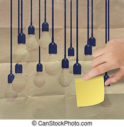 chiffonné, concept, lumière, idée, note collante, papier, autre, toucher, ampoule, main, créatif