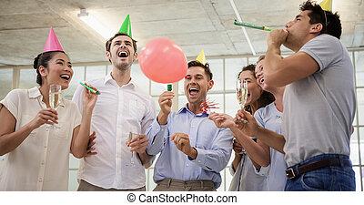 chifres, equipe, partido negócio, casual, champanhe, celebrando