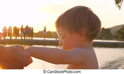 child., éclat, donner, mère, sun's, prise, sunset., amour, bonheur, par, fin, leur, friendship., mains, main, haut., rayons, fingers., friend.