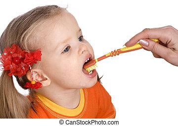 Child clean brush one's teeth.