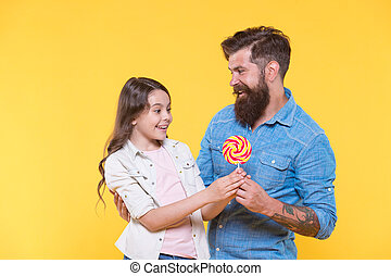 child., familj, skäggig herre, surprise., tand, skänka, sweetshop, confectionery., shop., snopen, klubba, talar, söt, gul, bakgrund., godis