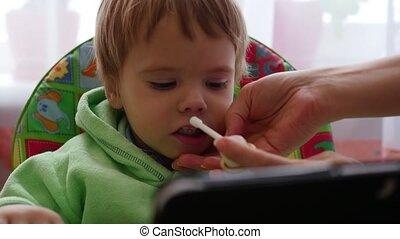 child splatter medication in the throat - child treat runny...