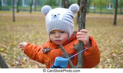 child walk in the autumn Park