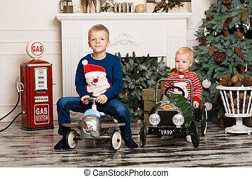 childhood., twee, spelend, cars., weinig; niet zo(veel), schattig, vrolijke , speelbal, broers