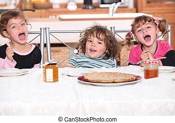 children eating a pie