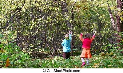 children play in autumn park
