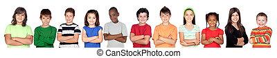 children?s, grupo, con, brazos cruzados