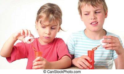 childs, tient, savon, bouteille eau, coups, bulles