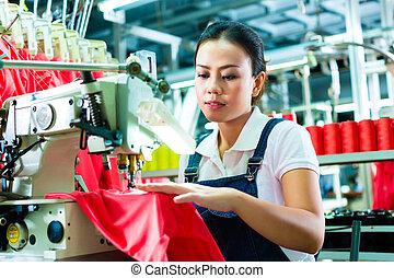 chinês, costureira, em, um, fábrica têxtil