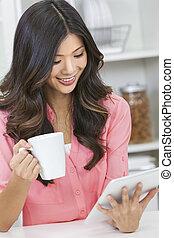 chinees, aziatische vrouw, tablet, computer, &, koffie
