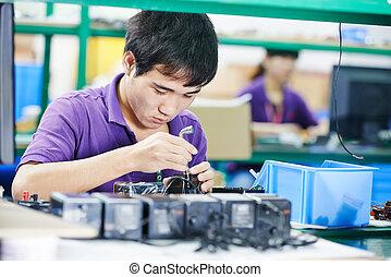 chinees, mannelijke , arbeider, op, productiewerk