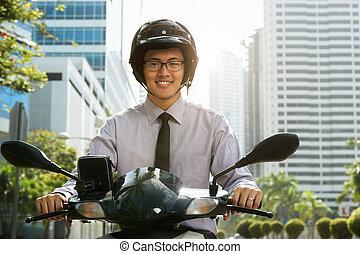 chinees, zakenman, forens, gebruik, scooter, motorfiets, in,...