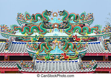 Chinese dragon statue on the roof.