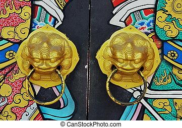lion door-handle