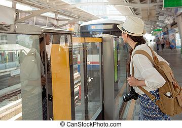 chinesische frau, reisender, warten, für, skytrain