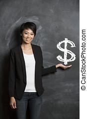 chinesische frau, vor, dollarzeichen, geschrieben, auf, chalkboard.