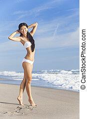 chinesisches , asiatisch, junge frau, m�dchen, in, bikini, auf, sandstrand
