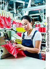 chinesisches , modeschneiderin, in, a, textil fabrik