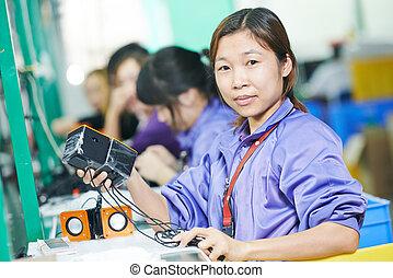chinesisches , weibliche , arbeiter, an, fertigungsverfahren