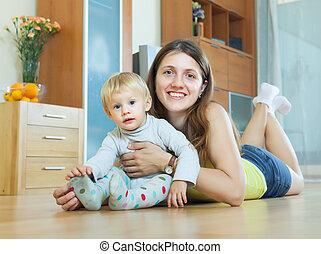 chiomato, mamma bambino, su, pavimento legno