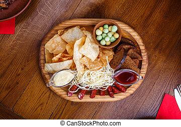 chips, sauce., pain, fromage, bois, seigle, saucisses, planche, table, blanc rouge