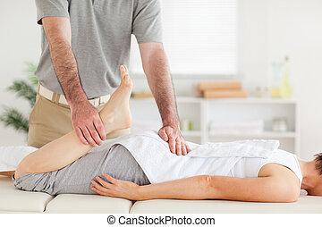 chiropractor, estica, perna mulher