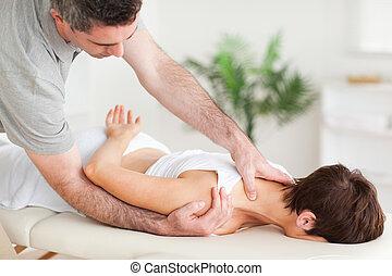 chiropractor, esticar, um, mulher, ombro