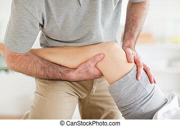 chiropractor, massaging, um, mulher, joelho