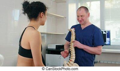 chiropraxie, femme, inspection, -, humain, points, problèmes, traitement, vertèbres, projection, docteur, avant, échantillon, jeune, dos, séance