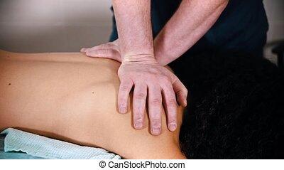chiropraxie, femme, -, softly, masage, traitement, donner, ...