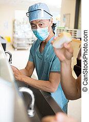chirurg, scrubing, armen, handen