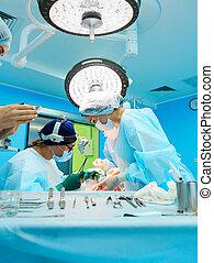 chirurgische werkzeuge, liegen, auf, tisch, in, chirurgisch, theatre., stahl, medizinische instrumente, bereit, zu, sein, used., chirurgie dringlichkeit, begriff