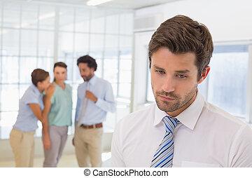 chismoso, primer plano, colegas, hombre de negocios, triste