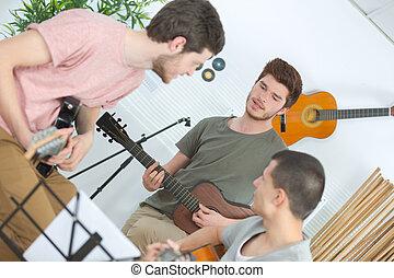 chitarra, ascoltare musica, casa, amici, gioco, felice