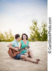 chitarra, coppia, spiaggia