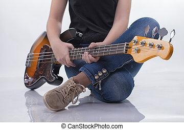 chitarra, ragazza, basso, seduta