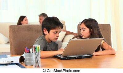 chlidren, playing, портативный компьютер