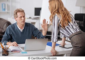 chocado, maduras, gerente, expressar, indignação, em, escritório